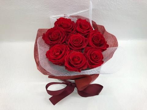 hatbox of 8 preserved roses red